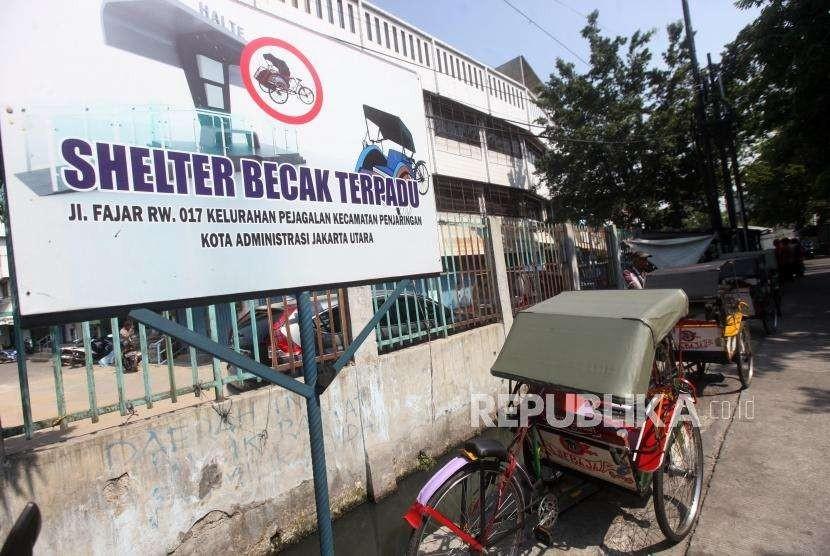Sejumlah becak terparkir di Shelter Becak Terpadu di kawasan Teluk Gong, Pejagalan, Jakarta, Kamis (11/10).