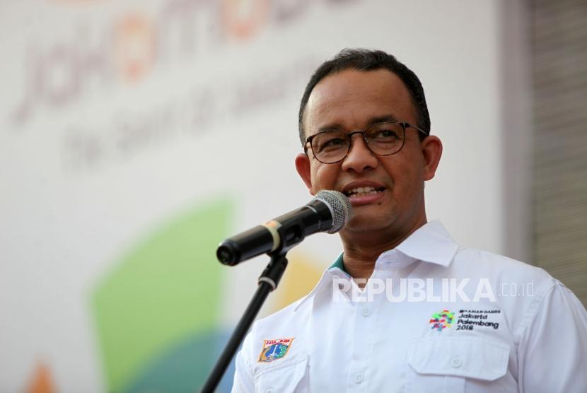 Gubernur DKI Jakarta Anies Baswedan memberikan sambutan saat membuka rangkaian festival Jakarnaval 2018 di depan Balaikota Jakarta, Ahad (8/7).