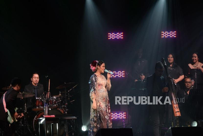 Penyanyi Raisa tampil dalam konser bertajuk Fermata Intimate Concert di Jakarta, Rabu (22/11).