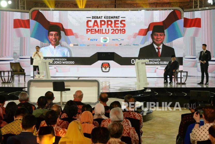 Capres No 01 Joko Widodo bersama Capres No 02 Prabowo Subianto ketika mengikuti Debat keempat Capres 2019 di Hotel Shangri-La, Jakarta, Sabtu (30/3).
