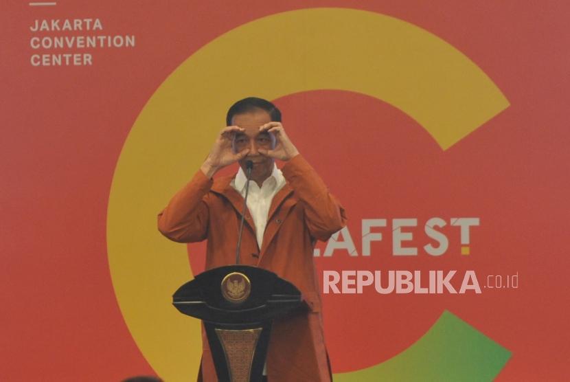 Presiden Joko Widodo (tengah) memberikan sambutan dalam pembukaan Ideafest di  JCC, Jakarta, Jumat (26/10).