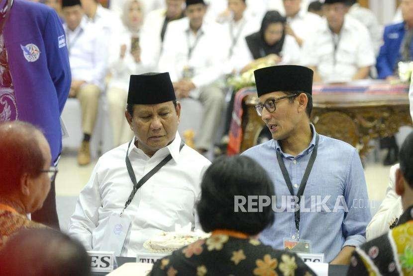 Pendaftaran Calon Presiden Prabowo. Pasangan Capres-Cawapres Prabowo dan Sandiaga Uno (tegah kiri) menyerahkan berkas pendaftaran kepada Ketua KPU Arief Budiman (kedua kanan) di KPU Pusat, Jakarta, Jumat (10/8).