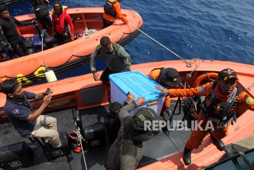 The Navy and National Search and Rescue Agency personnel retrieve the black box of Lion Air flight JT 610 in Karawang waters, West Java, Thursday (Nov 1).