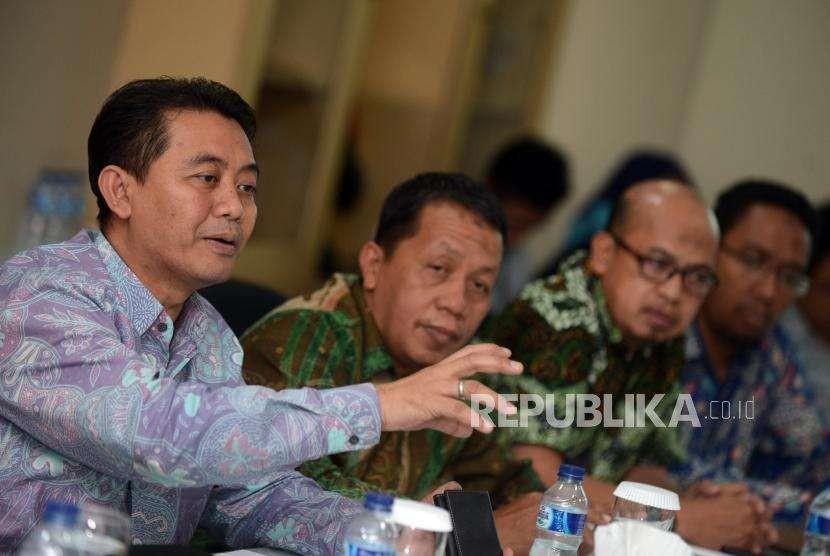 Ketua Kompartemen BPRS ASBISINDO Cahyo Kartiko (kiri) bersama Wakil Ketua Kompartemen BPRS ASBISINDO Syahril T. Alam (kedua kanan), Sekjen Kompartemen BPRS ASBISINDO Alfi Wijaya (kanan) dan Kabid, Riset, Kajian, Publikasi Edi Sunarto (kedua kiri) memberikan paparan saat kunjungan ke kantor Republika, Jakarta, Rabu (8/8).