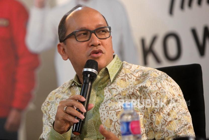 Ketua Umum Kamar Dagang dan Industri Indonesia Rosan Roeslani memberikan paparannya saat acara diskusi di Rumah Cemara, Jakarta, Senin (15/10).