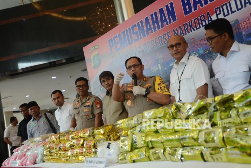 Kapolda Metro Jaya Irjen Pol Gatot Eddy Pramono (ketiga kanan) bersama Kabid Humas Polda Metro Jaya Kombes Pol Argo Yuwono (kelima kanan) memberikan paparan saat konferensi pers pemusnahan narkoba di Gedung Promoter Polda Metro Jaya, Jakarta, Senin (18/2).