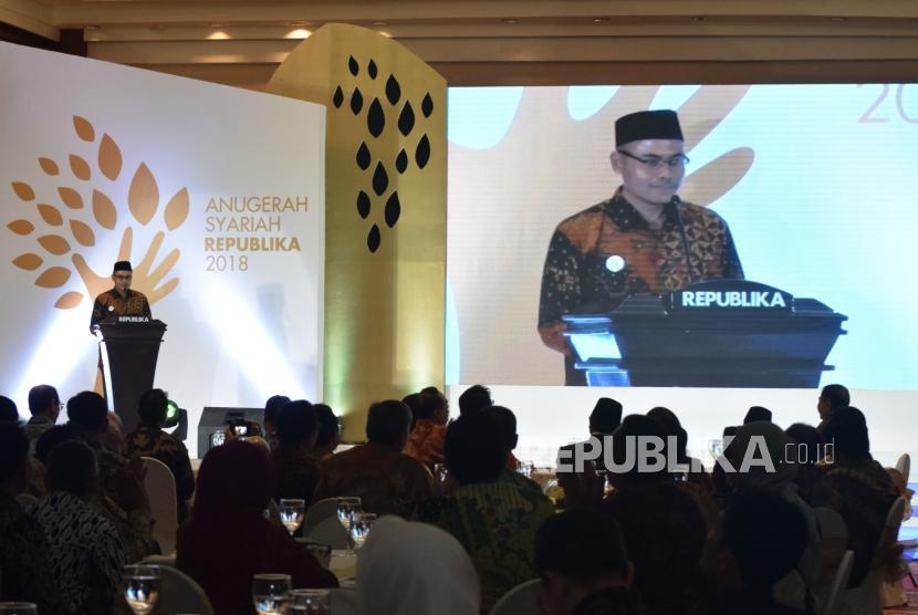 Pemimpin Redaksi Republika Irfan Junaedi memberikan sambutan pada acara Anugerah Syariah Republika di Jakarta, Kamis (8/11) malam.