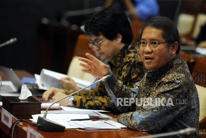 Menteri Komunikasi dan Informatika Rudiantara (kanan) memberikan paparan saat rapat kerja dengan Komisi I DPR di Kompleks Parlemen, Senayan, Jakarta, Rabu (23/5).