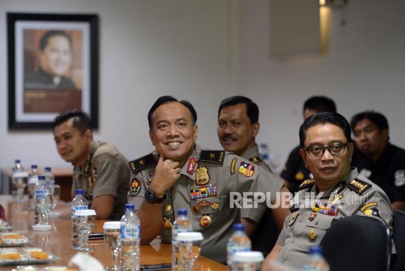 Humas Polri. Karo Penmas Divisi Humas Polri Brigjen Pol Dedi Prasetyo (tengah) menyimak paparan saat berkunjung ke Kantor Republika, Jakarta, Selasa (5/3).