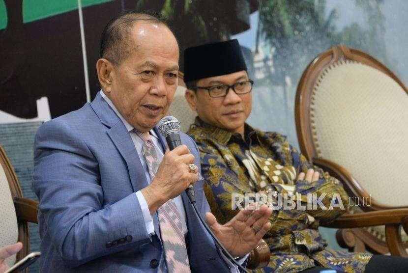 Wakil Ketua Umum Partai Demokrat Syarief Hasan (kiri) bersama Ketua DPP Partai Amanat Nasional (PAN) Yandri Susanto menjadi narasumber pada acara diskusi di Kompleks Parlemen, Senayan, Jakarta, Kamis (13/9).