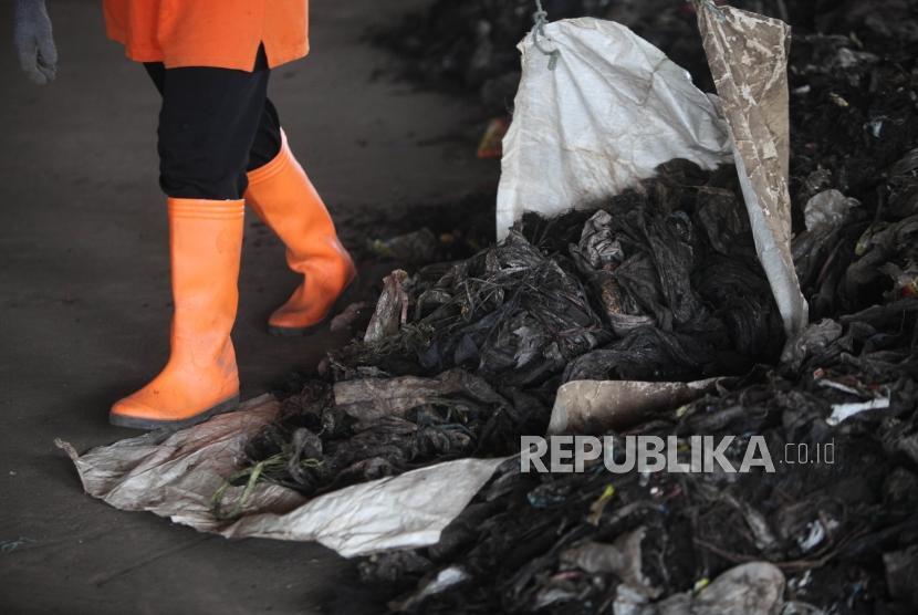 Pekerja mengangkut sampah plastik (non organik) saat pegolahan sampah pasar dengan fasilitas mesin pengomposan di Tempat Pengelolaan Sampah Terpadu (TPST) Bantargebang, Bekasi, Jawa Barat, Rabu (21/3).