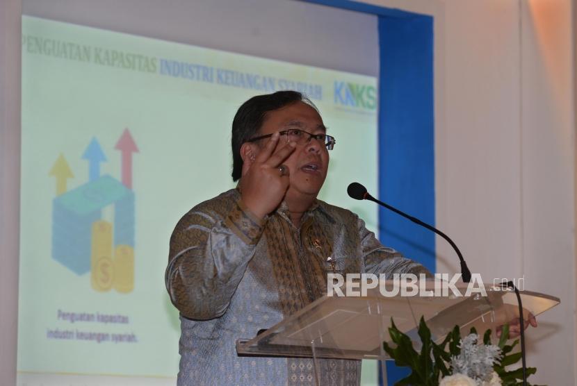 Menteri PPN/Kepala Bappenas Bambang Brodjonegoro memberi pemaparan tentang Komite Nasional Keuangan Syariah (KNKS) saat penutupan seminar pembiayaan infrastruktur dengan skim syariah dalam acara Indonesia Shari'a Economic Festival (ISEF) 2017 di Grand City, Surabaya, Jawa Timur, JUmat (10/11).