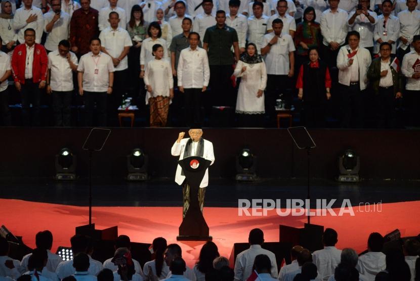 Wakil Presiden terpilih KH Ma'ruf Amin berserta isteri menyampaikan pidato dalam acara Visi Indonesia di Sentul International Convetion Center, Bogor, Jabar, Ahad (14/7).
