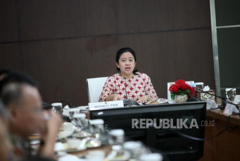 Menteri Koordinator bidang Pembangunan Manusia dan Kebudayaan (Menko PMK) Puan Maharani memimpin rapat koordinasi tingkat menteri di Gedung Kemenko PMK, Jakarta, Senin (6/11).