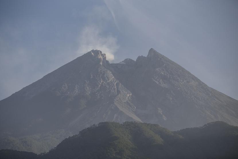 Asap solfatara muncul dari kawah Gunung Merapi terlihat dari Cangkringan, Sleman, DI Yogyakarta, Minggu (3/6).