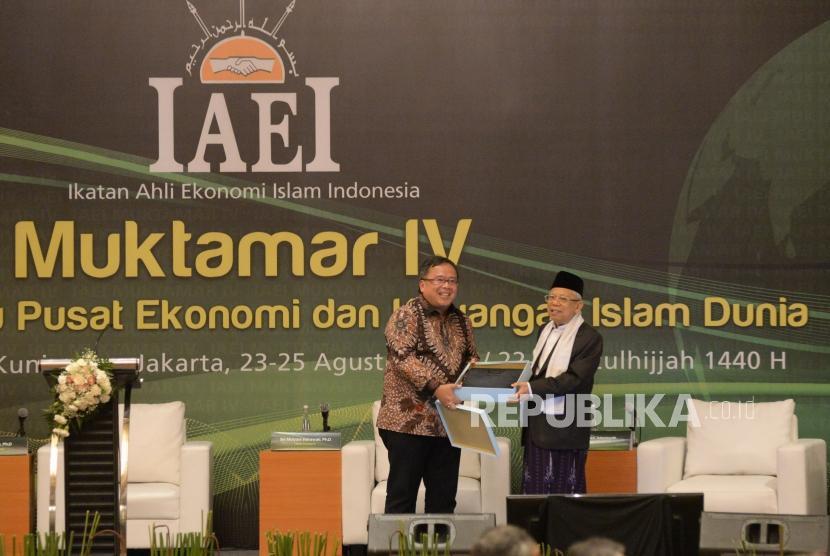 Ketua Umum Ikatan Ahli Ekonomi Islam Indonesia (IAEI) yang juga Menteri PPN/Kepala Bappenas Bambang Brodjonegoro memberikan cinderamata kepada Wakil Presiden terpilih yang juga Ketua Dewan Pertimbangan DPP IAEI KH Ma'ruf Amin sebelum panel diskusi dalam rangkaian acara Muktamar IV IAEI di Jakarta, Jumat (23/8).
