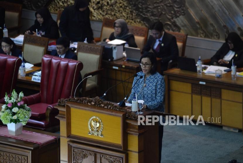 Menteri Keuangan Sri Mulyani Indrawati menyampaikan pangangan pemerintah pada Rapat Paripurna di Kompleks Parlemen Senayan, Jakarta, Selasa (3/7).