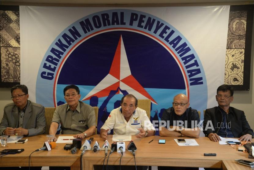 Politisi Senior Partai Demokrat Max Sopacua (tengah) bersama para politisi senior Demokrat lainya memberikan keterangan kepada wartawan di Jakarta, Kamis (13/6).