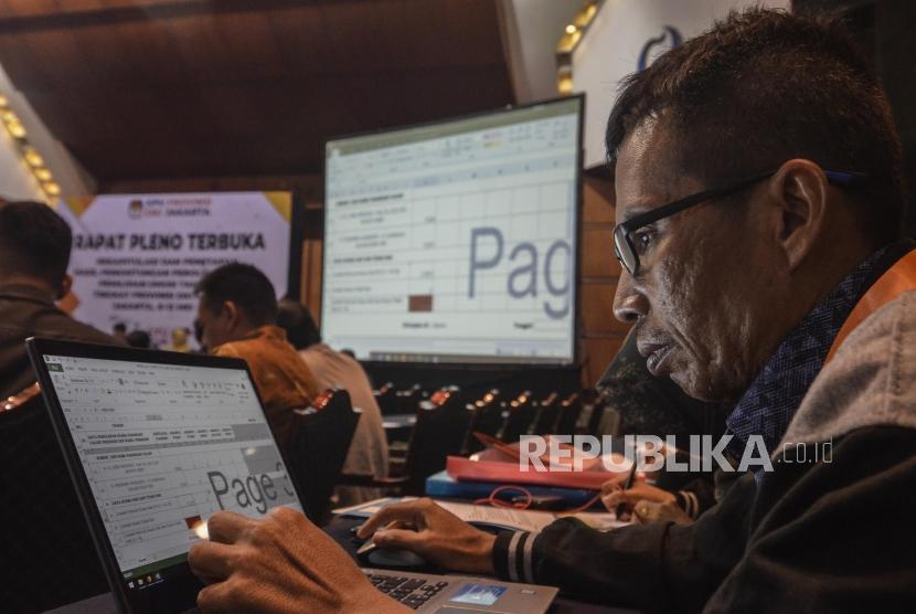 Sejumlah peserta rapat pleno terbuka rekapitulasi dan penetapan hasil penghitungan perolehan suara pemilu 2019 tingkat Provinsi di Hotel Bidakara, Jakarta Pusat, Kamis (9/5).