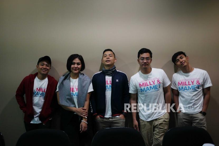 Artis dan sutradara pendukung Film Milly & Mamet Acho, Sissy Prescillia, Ernest Prakasa, Dennis Adhiswara dan Ardit Erwandha,  berfoto saat mengunjungi kantor Redaksi Republika di Jakarta, Kamis (29/11).