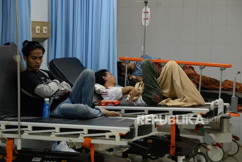 Korban Luka-luka akibat terkena dampak bencana Tsunami berada IGD RSUD Berkah,Pandeglang, Banten (24/12).