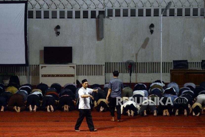 Petugas mengatur kerapihan shaf shalat para jamaah di Masjid Istiqlal, Jakarta, Rabu (19/9).