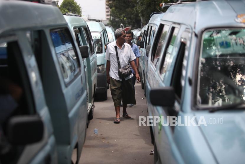 Aktivitas sopir angkot jurusan Tanah Abang saat menunggu rekannya bertemu dengan Pemprov DKI di Balai Kota, Jakarta, Rabu (31/1).