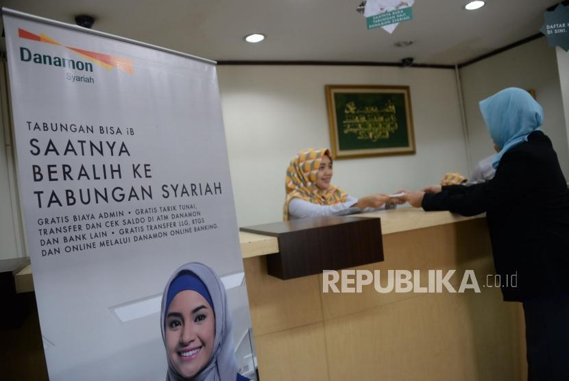 Petugas melayani nasabah di salah satu kantor Bank Danamon Syariah di Jakarta. ilustrasi