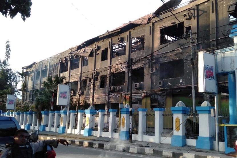 Kondisi gedung Majelis Rakyat Papua yang terbakar pascakerusuhan di Manokwari, Papua Barat, Senin (19/02/2019).