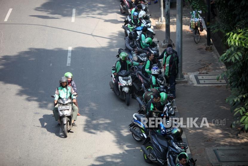 Sejumlah ojek online menunggu penumpang di Kawasan Tebet, Jakarta, Jumat (27/7).