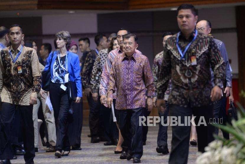 Asuransi Bencana. Wakil Presiden Jusuf Kalla memasuki runagn Dialog Tingkat Tinggi tentang Pembiayaan dan Asuransi Risiko Bencana di Nusa Dua, Bali, Rabu (10/10).