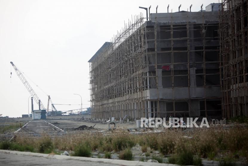 Kendaraan melintas didepan bangunan yang disegel di Reklamasi Pulau D, Teluk Jakarta, Kamis (7/6).