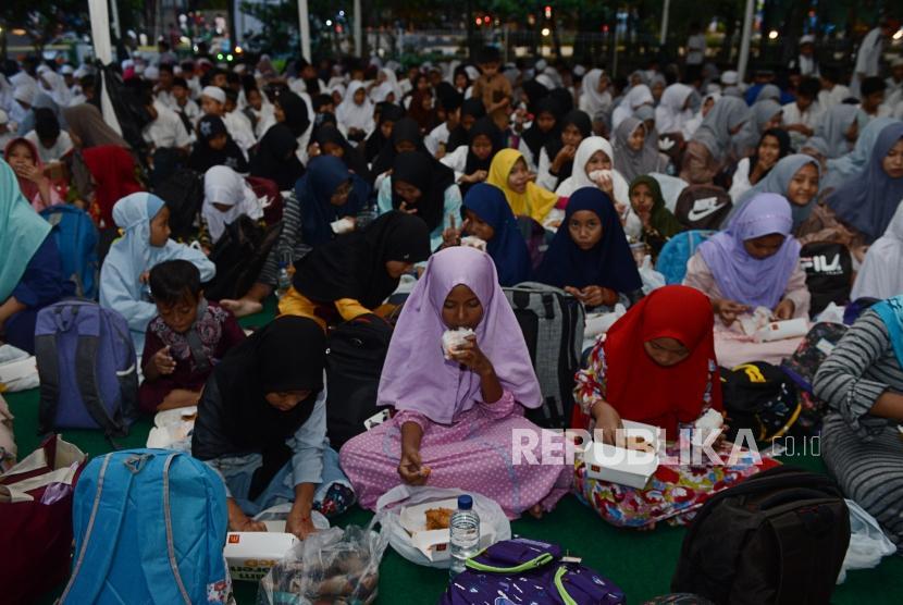 Sejumlah anak yatim saat menghadiri acara buka puasa bersama Republika di Kantor Republika, Jakarta, Sabtu (25/5).