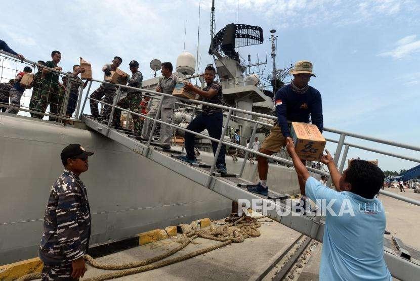Sejumlah pasukan TNI Angkatan Laut memberikan bantuan kepada warga di Pelabuhan Pantoloan, Palu, Sulawesi Tengah, Kamis (4/10).