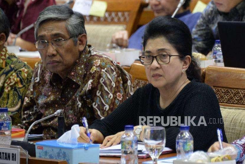 Menteri Kesehatan Nila Farid Moeloek (kanan) dan Wakil Menteri Keuangan Mardiasmo (kiri) mengikuti rapat kerja dengan Komisi IX DPR di Komplek Parlemen, Senayan, Jakarta, Senin (17/9).