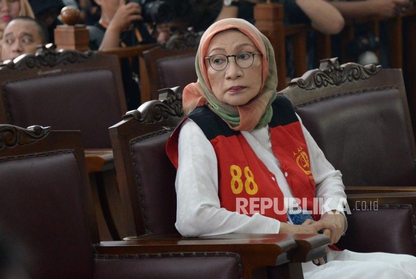 Terdakwa kasus duagaan penyebaran berita bohong atau hoaks Ratna Sarumpaet bersiap menjalani sidang perdana di Pengadilan Negeri Jakarta Selatan, Kamis (28/2).