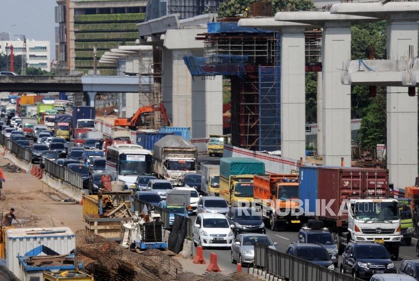 Padat. Sejumlah kendaraan melintasi ruas jalan tol Jakarta - Cikampek, Bekasi, Jawa Barat, Selasa (26/12).