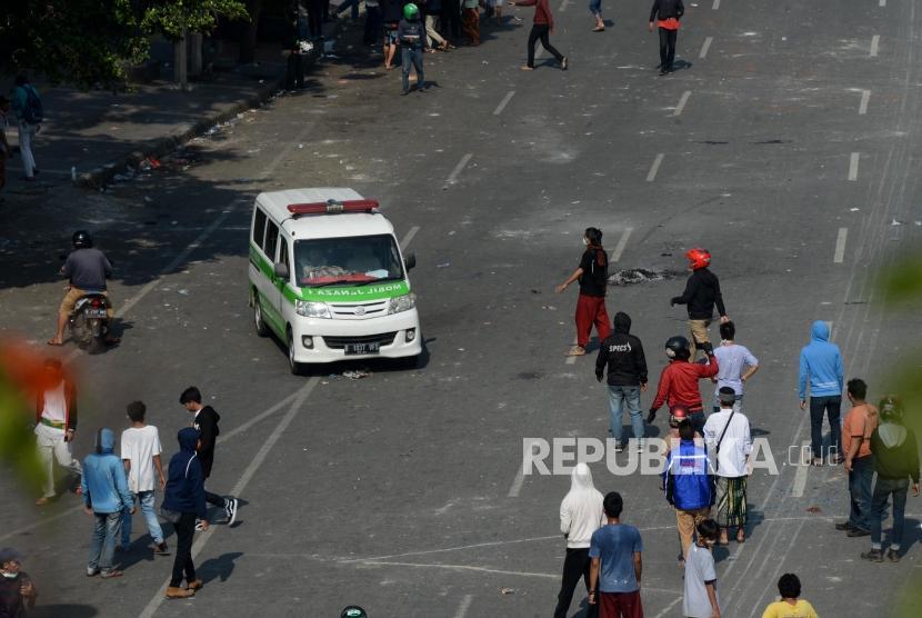 Mobil ambulance datang menjemput korban saat terjadi kerusuhan di Jalan Jatibaru Raya, Tanah Abang, Jakarta, Rabu (22/5).