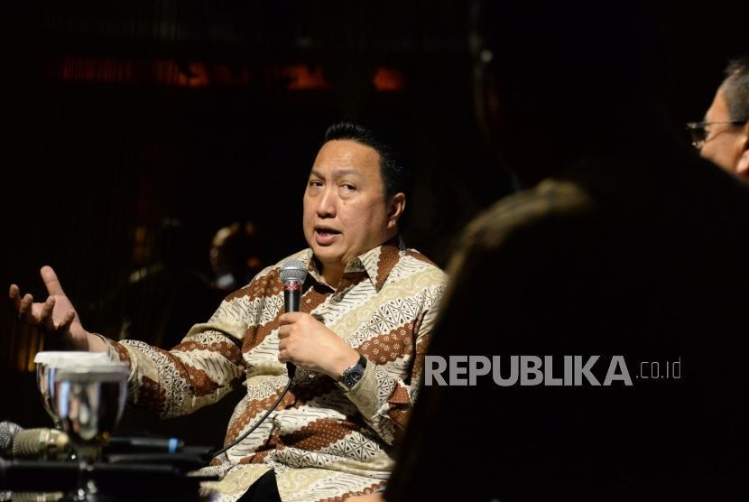 Presiden Direktur PT Adaro Energy Tbk Garibaldi Thohir memberikan paparan saat menjadi narasumber pada acara Cafe CEO Republika,Jakarta, Jumat (22/3).