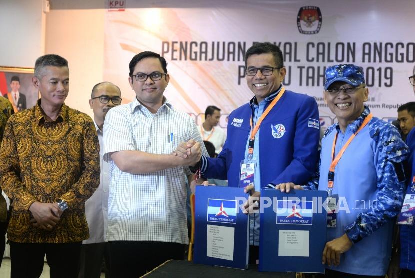 Pendaftan Caleg Pemilu. Sekjen Partai Demokrat Hinca Panjaitan (kedua kanan) menyerahkan daftar Caleg Pemilu 2019 kepada Komisioner KPU Viryan di KPU, Jakarta, Selasa (17/7).
