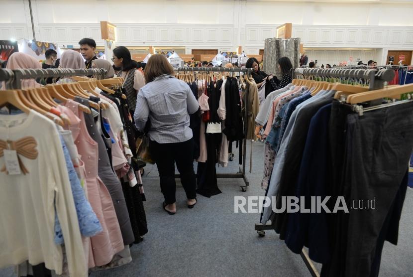 Bazar 1 Hati 1 Mandiri. Pengunjung memilih produk fashion saat Bazar 1 Hati 1 Mandiri di Jakarta, Rabu (27/2).