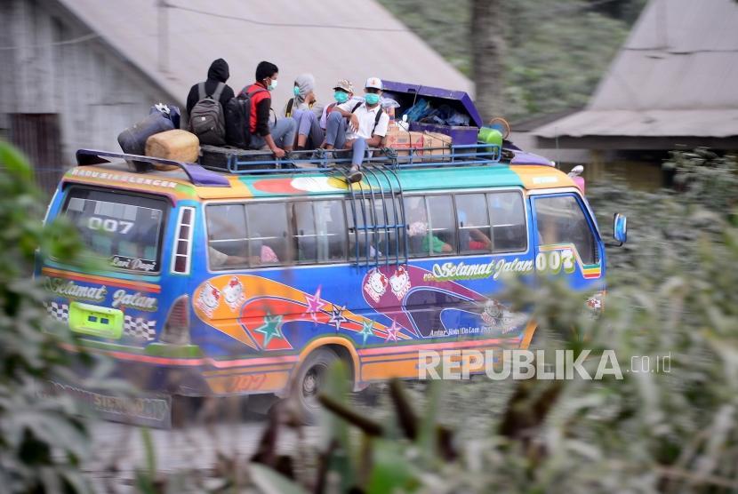 Pasca Letusan Sinabung. Siswa tetap bersekolah pascaerupsi Gunung Sinabung di kawasan Simpang Empat, Karo, Sumatera Utara, Selasa (20/2).