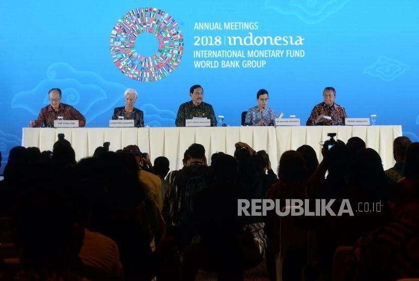 Akhir Sesi Pertemuan Tahunan IMF - WBG. Ketua Panitia Nasional Pertemuan Tahunan IMF - WBG 2018 Luhut Pandjaitan (tengah), Presiden Bank Dunia Jim Yong Kim, Direktur Pelaksana International Monetary Fund (IMF) Christine Lagarde, Menkeu Sri Mulyani, Gubernur BI Perry Warjiyo (dari kiri) saat konferensi pers terakhir Pertemuan Tahunan IMF - WBG 2018 di Nusa Dua, Bali, Ahad (14/10).