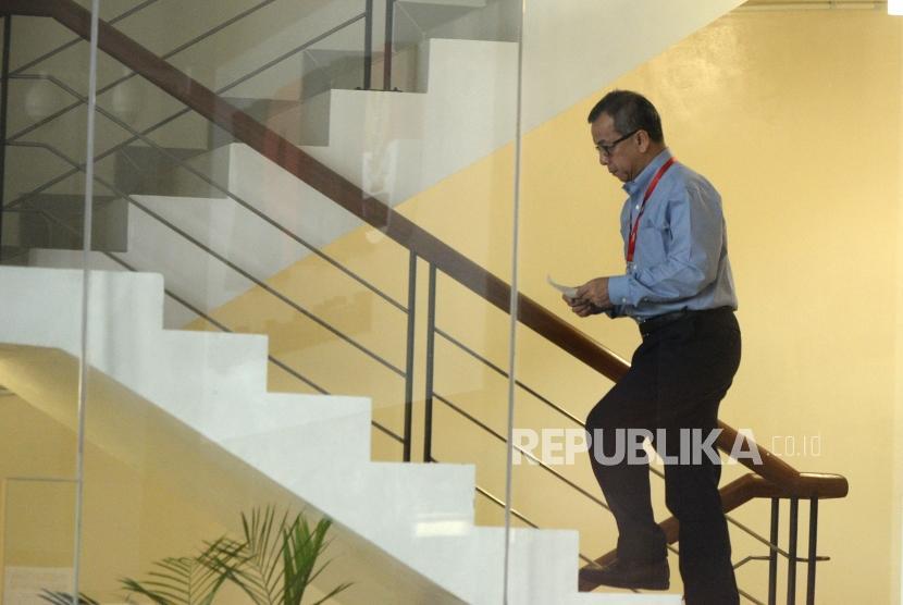 Pemeriksaan Emirsyah Satar. Mantan Direktur Utama PT Garuda Indonesia Emirsyah Satar menuju ruang pemeriksaan di Gedung Komisi Pemberantasan Korupsi, Jakarta, Senin (16/4).