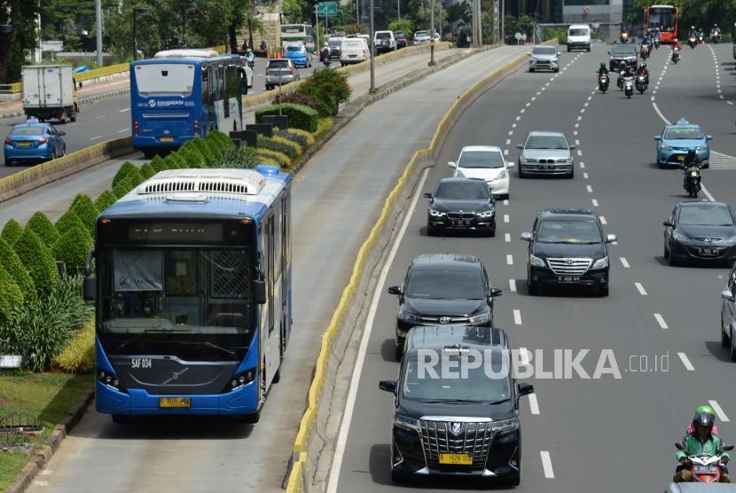 Bus Transjakarta melintas di Jalan Jenderal Sudirman, Jakarta, Kamis (3/1).