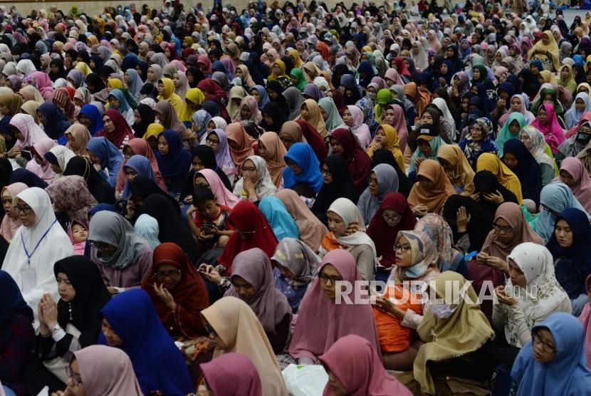 Pengunjung Hijrah fest berdoa bersama saat ustaz memimpin doa usai mengisi dakwah dalam acara Hijrah Fest 2018 di Jakarta Convention Center, Jakarta, Ahad (11/11).
