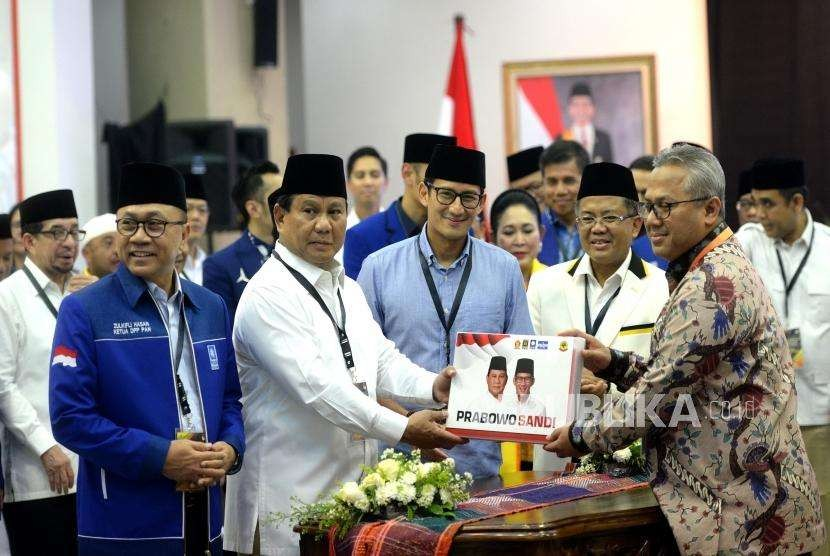 Prabowo Subianto and Sandiaga Uno handed over their documents to General Election Commission to register themselves to run for the presidential election  2019, Jakarta, Friday (Aug 10).