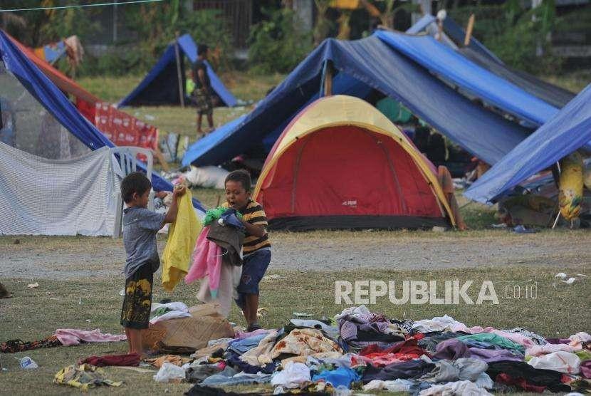 Sejumlah anak berada di posko pengungsi korban gempa dan tsunami di Masjid Agung Darussalam kota Palu, Sulawesi Tengah, Rabu (10/10).
