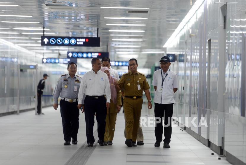 Gubernur DKI Jakarta Anies Baswedan bersama Direktur PT MRT Jakarta William Sabandar saat akan meninjau Halte Transjakarta Bundaran HI di Stasiun Bundaran HI, Jakarta, Senin (25/3).