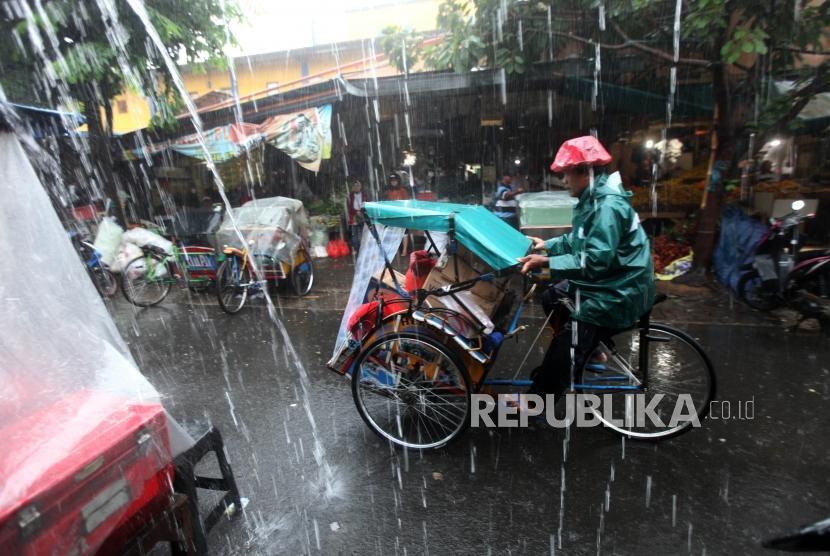 Tukang becak membawa penumpang melintas di Kawasan Pasar Bahari, Jakarta, Kamis (18/1).